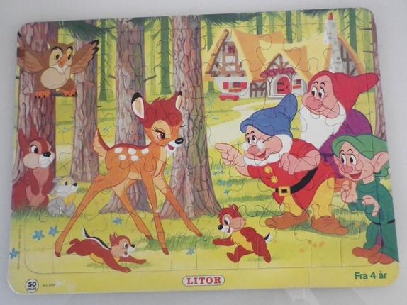 Disney puslespill fra 1979 - Norge - Koselig puslespill fra Walt Disney Productions, 50 deler. Bambi, snipp og snapp, fugler, dverger fra Snehvit og de 7 dverger. Måler 35,5*26,5 cm. Søkeord: blomster, skog, bil, dyr, 70-tallet, retro, pusle, barndom, leker, nostalgi, barn, barnas  - Norge
