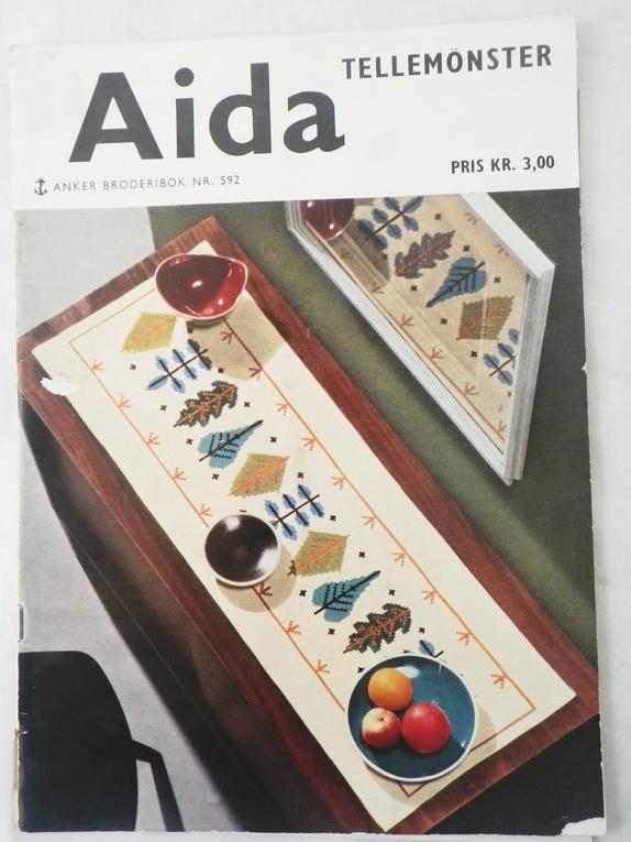 Aida - Anker broderibok - Norge - Boken / heftet inneholder 28 sider med oppskrifter, mønster og arbeidsveiledning på vakre duker, løpere, stolryggskåner, brikker, puter og stoltrekk. Broderier som pynter opp i hjemmet - og som egner seg ypperlig til gaver. Flotte inspirerende - Norge