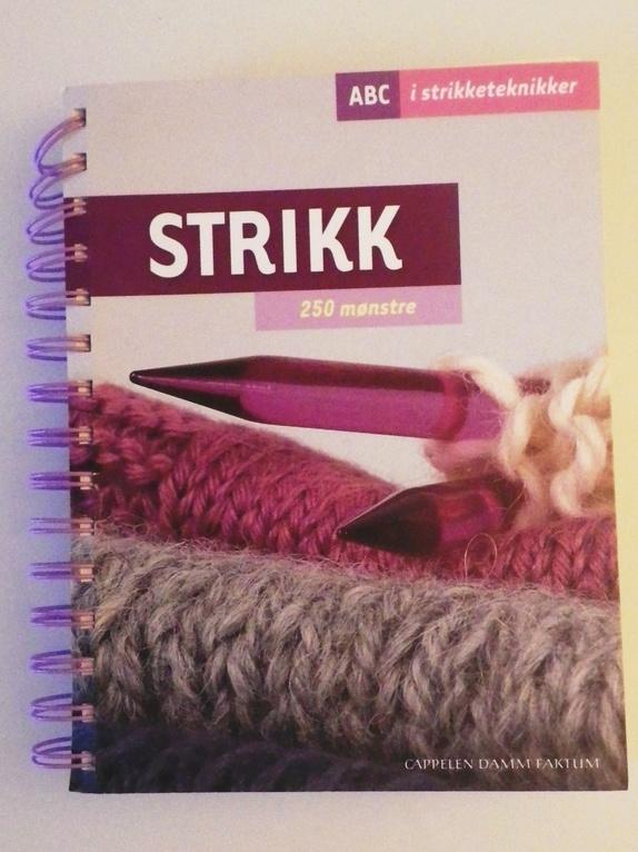 Strikk 250 mønstre - Norge - En uunnværlig oppslagsbok for alle som strikker og gjerne vil lære nye teknikker eller prøve ut nye mønstre. La deg inspirere til å strikke mønstre i rett og vrang, ribbestrikk, flettemønster, hullstrikk eller mønsterstrikk med flere farge - Norge