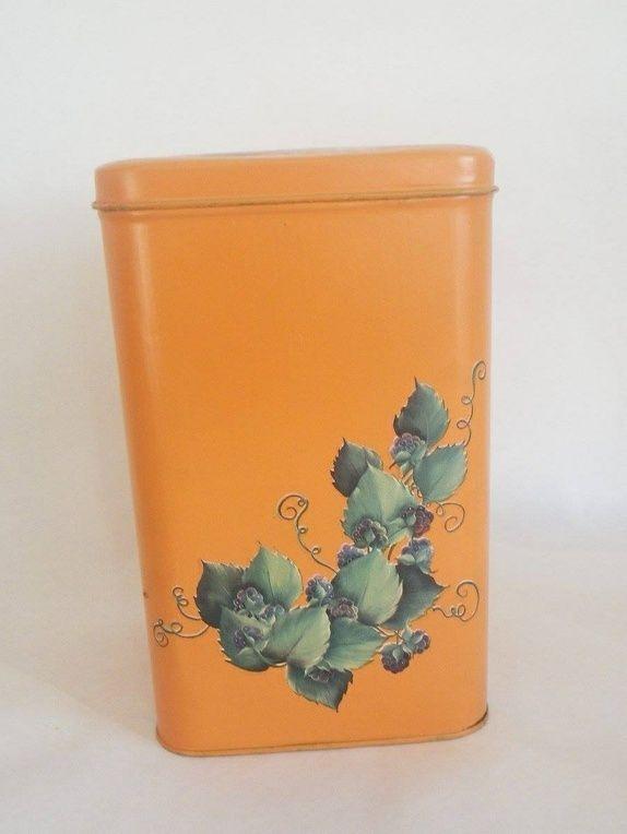 Stor okerfarget boks - Norge - Flott gammel malt okerfarget boks, noen flekker inni. Veldig sjarmerende og lekker farge. Høyde 23 cm og 14*14 cm i bredden. Søkeord: blikk, metall, gul, blomster, Orange, unik, kaker, retro, 60-tallet, vintage, bokser, oppbevaring, shabby chic, - Norge