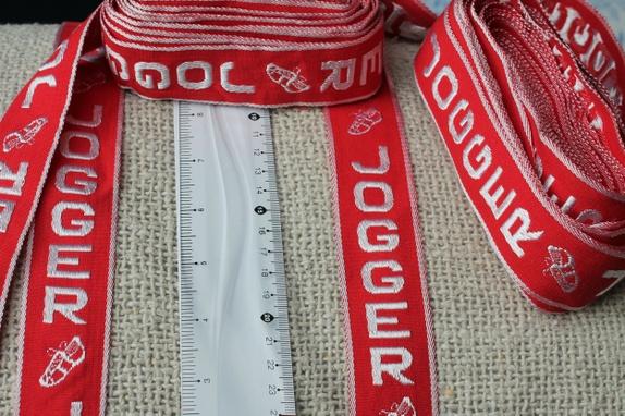 Retrobånd / pr meter - Norge - Dette er ett bånd fra 70- tallet, Båndet er vevet og kvaliteten er bomull.En rapport er ca. 30 cmBredde er ca. 3,5 cm - kr. 40,- pr meter Har ca. 8 meter på lager Farge : Knall rød og hvit Søkeord: Retro, 70-tallet, joggebukse, kosebukse - Norge
