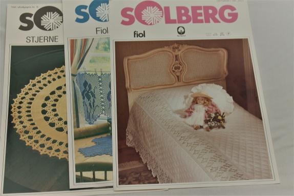 3 stk. Solberg-oppskrifter - Norge - 3 stk mønster fra Solberg Rund duk 40 cm i diameter Mellomverk til sengteppe Gardinkappe og DukHvert motiv måler 40 x 22 cmDuken måler 80 x 80 cm Se bilder til høyre.Desverre var det litt dårlig lys da jeg fotograferte, men i mønstrene er bi - Norge
