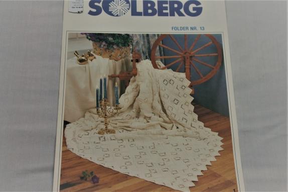 Hekleoppskrifter fra Solberg - Norge - Folder med hekleoppskrifter fra Solberg.Folder nr. 13 Sengteppe, Duk til rundt bord - diameter ca 150 cmGardinerBrikke og mellomverk Se bilder til høyre.Desverre var det litt dårlig lys da jeg fotograferte, men i folderen er bildene selfølgelig - Norge