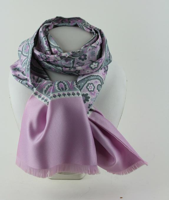 Rosa skjerf med grått mønster - Norge - Skjerfet er sydd i dobbelt stoff og  har 9a1ac2a8f121b