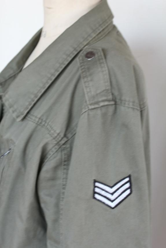 078e3a68 Flott jakke i militærgrønn bomull med patch på den ene armen. Mange lommer.  Fra Cubus str 38.