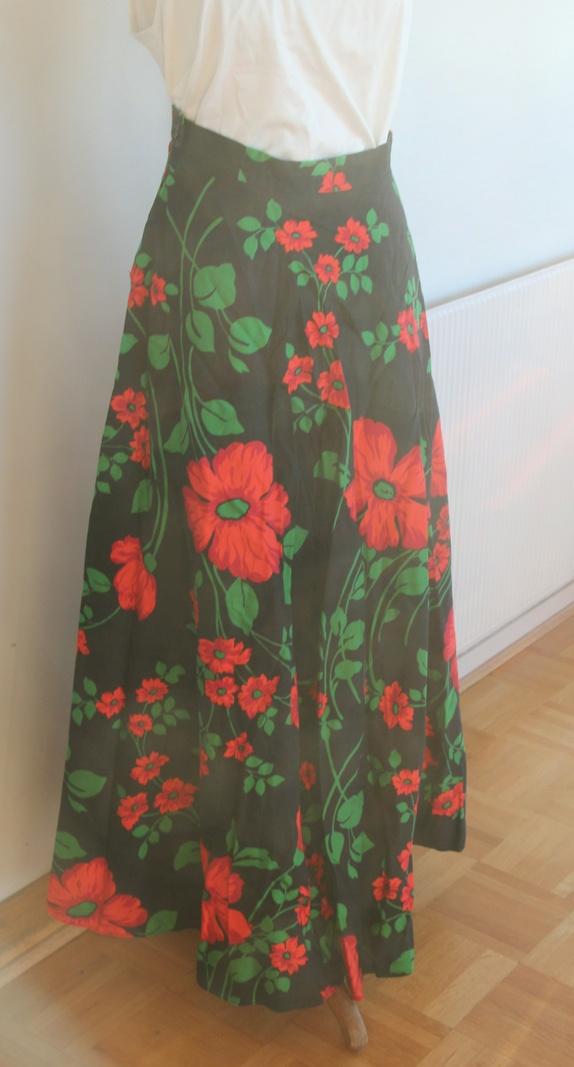 e3985976 Flott hjemmesydd skjørt i bomullsstoff med fargerike blomster i røde toner.  Med glidelås og hempe. Et skjørt til å bli glad i! Skjørtet er 100 cm langt,  ...