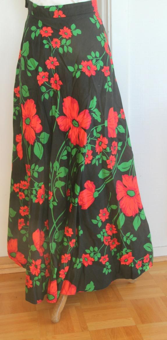 63a9301b Flott hjemmesydd skjørt i bomullsstoff med fargerike blomster i røde toner.  Med glidelås og hempe. Et skjørt til å bli glad i! Skjørtet er 100 cm  langt, ...