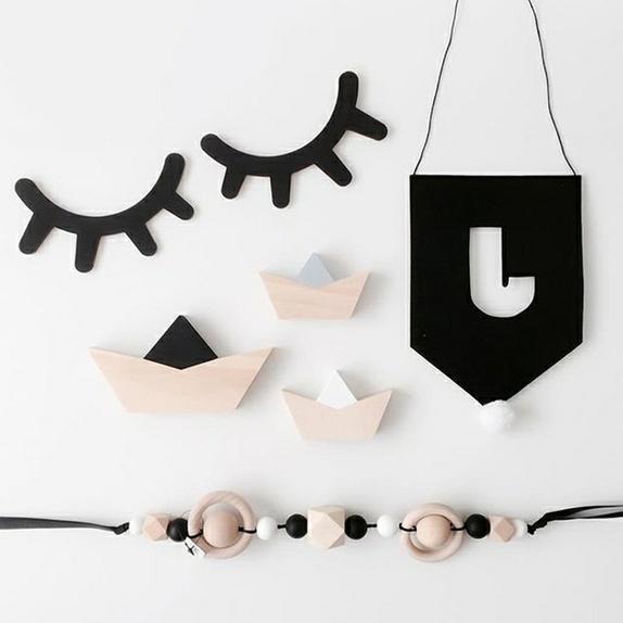 Sleepy eyes-dekor - Norge - Skjønne øyne med øyenvipper i tre til å pynte opp barnerommet med. Disse har '3D-effekt' og står ut fra veggen. Mål: 15x11 cm. - Norge