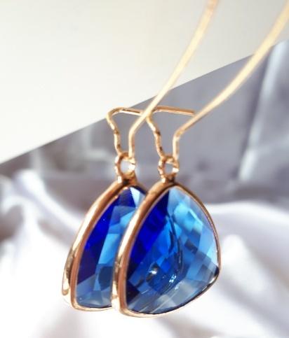 Gorgeous in blue! - Norge - Øredobber i perfekte blå farge krystaller! Krystallene har en fin trekantform .Forgylt metall. Ørekrokene i forgylt metall er lange og enkelt å bruke.¨¨¨°•✿•°¨¨¨¨¨¨°•✿•°¨¨¨¨¨¨°•✿•°¨¨¨¨¨¨°•✿•