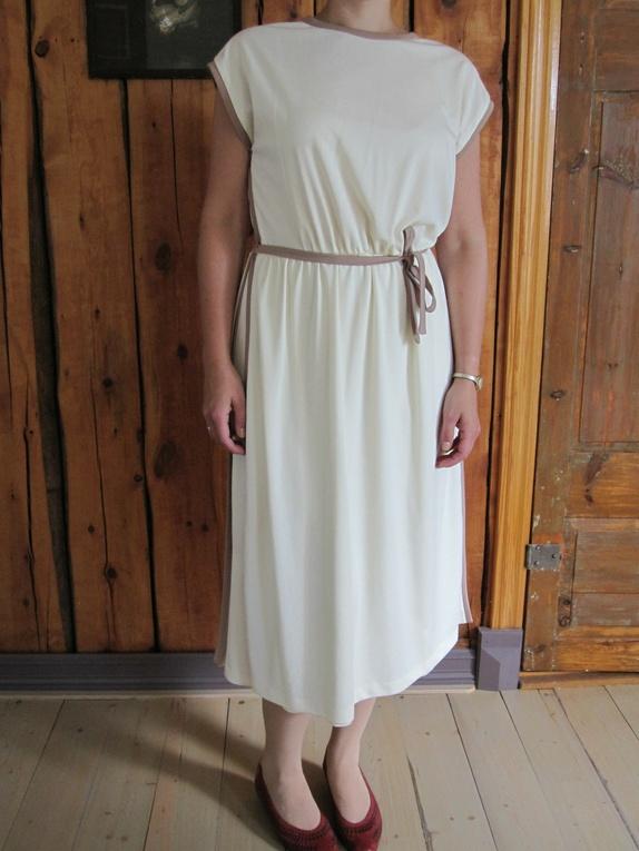 """Vintage kjole 70/80-tall - Norge - Vintage kjole, merket """"Carmegie of London, str. 18""""God stand. Mål:Lengde (målt fra skulder og ned): 113 cmBryst (målt fra ermhull til ermull): 51 cmLiv (målt fra sidesøm til sidesøm): 38 cm. Husk!Vintage plagg er gamle, minimum 20 år. Ved s - Norge"""