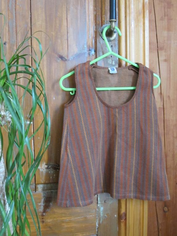 """Vintage kjole til barn 70-tall - Norge - Vintage kjole til barn.Merket """"Ulricehamns yllefabrik""""Kjolen har to løse masker. Selges som den er for 50,- eller 100,- ferdig reparert. Mål:Lengde (målt fra skulder og ned): 40 cmBryst (målt fra ermhull til ermull): 29 cm Husk!Vintage plagg e - Norge"""