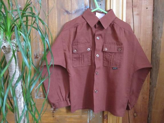 "Vintage skjorte til barn, 70-tall - Norge - Vintage skjorte til barn, merket ""Loki modell str.110""God stand. Mål:Lengde (målt fra skulder og ned): 41 cmBryst (målt fra ermhull til ermull): 35 cmErme (målt på ermets underside): 33 cm. Husk!Vintage plagg er gamle, minimum 20 år. Ved st"