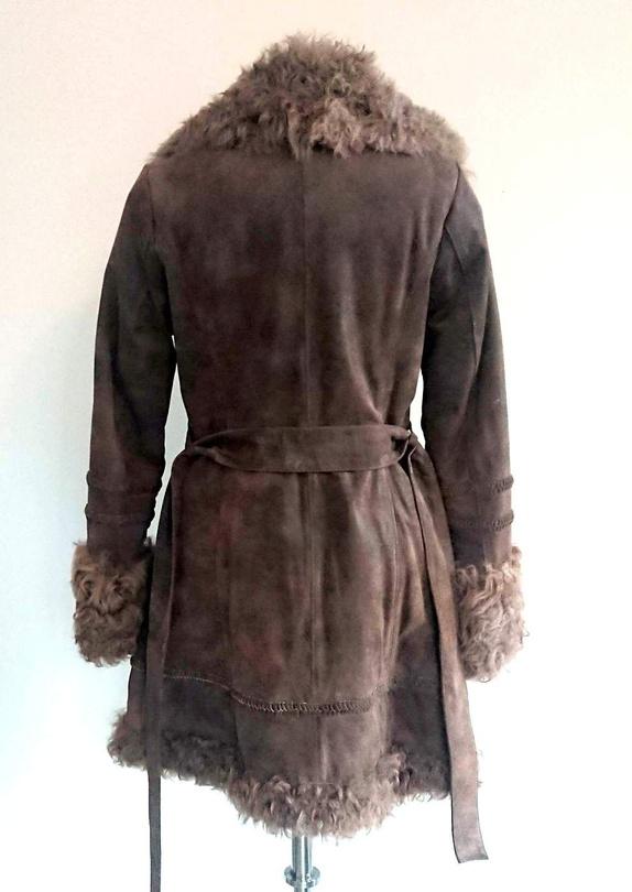 2c196a03 Flott, litt hippieaktig jakke i semsket skinn med pelskrage og pels på  ermene samt i front. Deilig mykt pelsfor inni. Stikklommer. Belte.