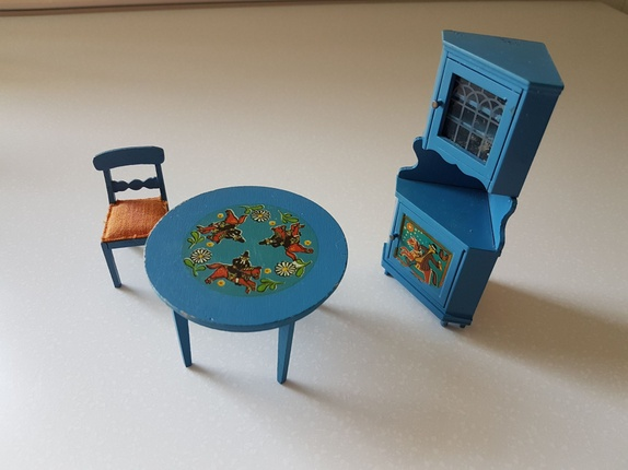 Dukkehus møbler hjørneskap bord og stol - Norge - Dukkehusmøbler.Et flott hjørneskap. Bordet er litt ustøtt da det ene benet sitter litt løst, men kan limes. stolen er inntakt.Det hører med en stol til som mangler et ben. Den leveres sammen settet da den hører til, men må repareres. - Norge