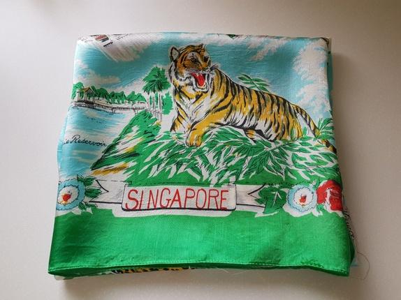 Vintage grønt skjerf - Norge - Vintage skjerf fra Singaporeca 90 x 90 cmJeg er usikker på hva slags materiale det er laget av, kan være silke. - Norge