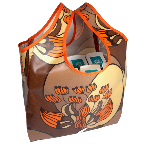 -Trengerikkepose! Retro handlenett - Norge - Flergangspose som har fått navn etter det du kommer til å si når du går rundt med en i veska: - Jeg trenger ikke pose! Sydd av nydelig 70-talls retro voksduk i brun, beige og oransje med art deco-aktig blomstermønster (duken er ubrukt fra rul - Norge