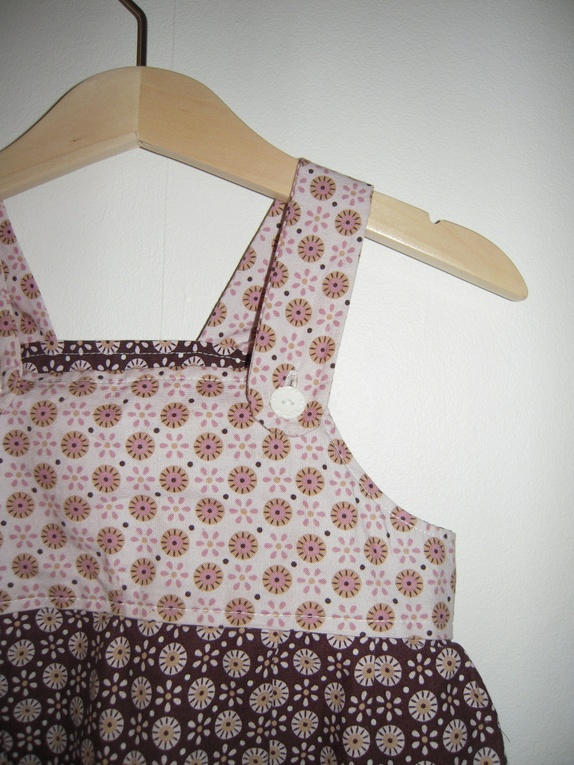 f404bb715916 Søt selekjole i brunt og rosa med hvite blomsterknapper. Bomull