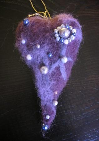 Julepynt ♥ hjerte i tovet ull med perler ♥ mørk lilla