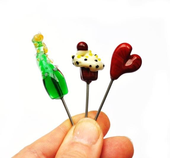 Fest-stikkpinner 3 stk - Norge - Fest-tilbud! Tre stikkpinner, ca 55 mm lange, på syrefritt matsikket stål, så du kan stikke dem i frokostkaka og eplet på frokostbrettet eller hva du vil feire! Trollsmeden lager dem av glass, og setter dem på stål. FACEBOOK: Trykk LIKE:http - Norge