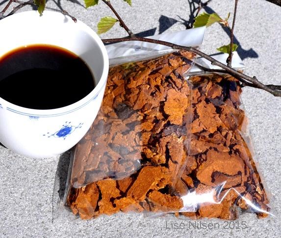 Chaga, tørka chunks 2 poser a 65 gram - Norge - 130 gram med chaga, spar porto.65 gram holder til ca 12-15 liter, det er mange vanlige kaffestørelsekopper. Det er to tre måneder forbruk om du tar een halv til en dl. daglig. Lagre den i tett boks. Siden den er så drøy er den billigere enn ka - Norge