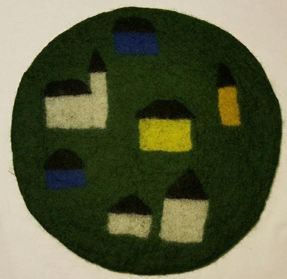 Tovet sitteunderlag HUS - Norge - Mykt og varmt sitteunderlag, lett å pakke med seg på tur. Tovet for hånd med dekor av nålefilt.Diameter ca. 36 cm. Grønn bakgrunn med små hus og kirke i fargene hvit, gul, oransje, blå og svart. Du kan bestille hva slags dekor og eventuelt  - Norge