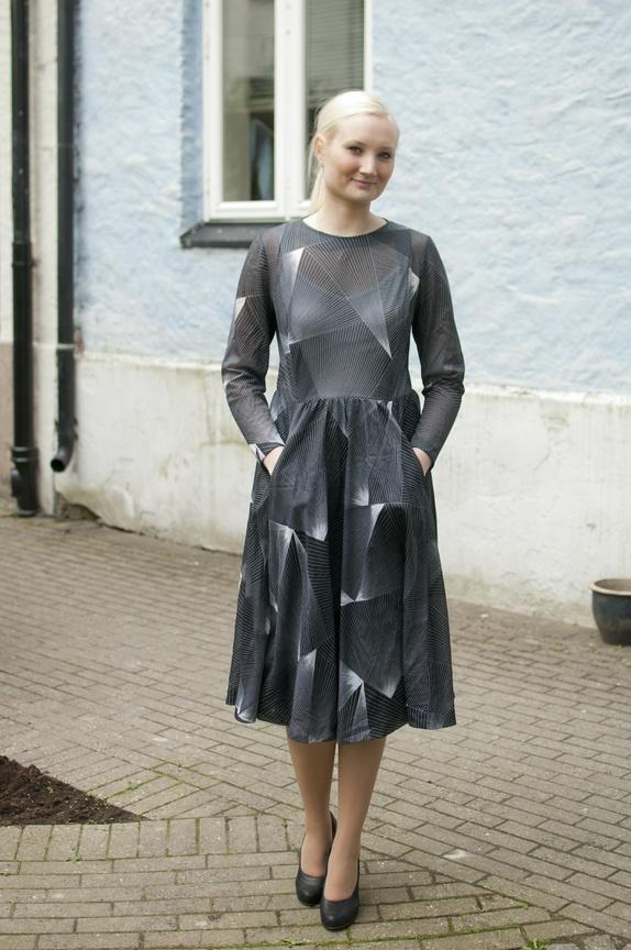 36286eb9 Vintage 70-talls geometrisk sort hvit kjole med lommer, (M)L - Epla