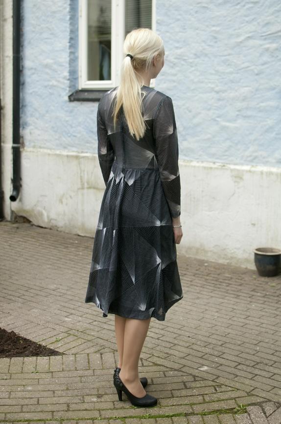 718166ec Utrolig kule kjole fra rundt 70-tallet. Kjolen er sort-hvit med linjer som  et geometrisk mønster ove hele seg. Lange ermer og to lommer i skjørtedelen.