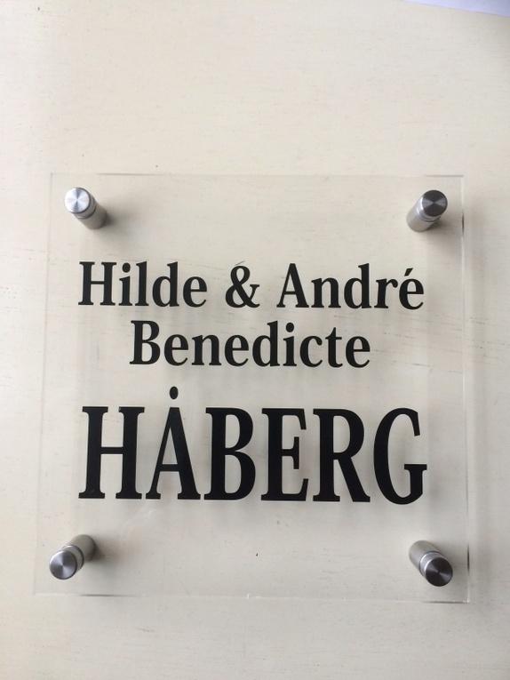 Dørskilt i plexiglass - Norge - Flott dørskilt med tekst etter ditt ønske. Skiltet er laget i plexiglass, og er i størrelse 18x18 cm. Det følger med avstandsskruer for montering på vegg. Disse er rustfrie. Vi lager også med andre skrifttyper enn på eksempelet. Om du har m - Norge