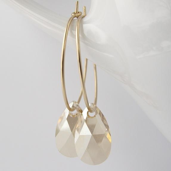 a83e2dd3 Mini-øreringer i valset gull, med små, gullskimrende krystaller - Epla
