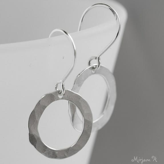 små øreringer i sølv
