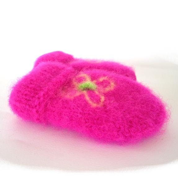 Tovede votter - str. 3-4 år - Norge - Tykke, gode og varme tovede votter. Ull vier seg ut i bruk. Når du vasker dem former du dem, og om ønskelig strekker litt her og der. De tørkes liggende på et håndkle eller lignende. Størrelse:3-4 år Farge:Knall rosa med blomst. Gul blomst  - Norge