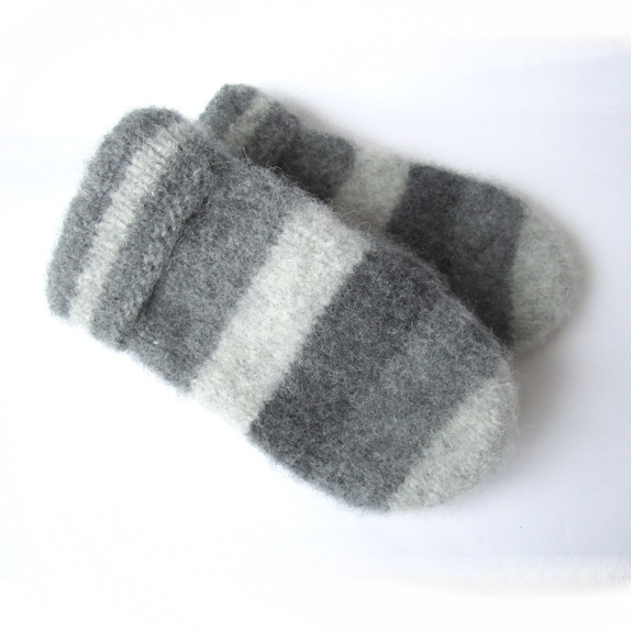 Tovede votter - str. XL - Norge - Tykke, gode og varme tovede votter. Ull vier seg ut i bruk. Når du vasker dem former du dem, og om ønskelig strekker litt her og der. De tørkes liggende på et håndkle eller lignende. Størrelse:XL Farge:Strikket i 3 grånyanser, lys grå, gr