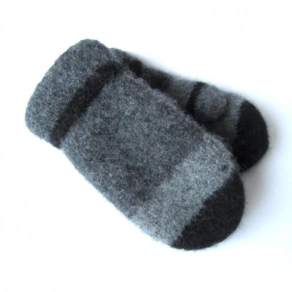 Tovede votter - str. XL - Norge - Tykke, gode og varme tovede votter. Ull vier seg ut i bruk. Når du vasker dem former du dem, og om ønskelig strekker litt her og der. De tørkes liggende på et håndkle eller lignende. Størrelse:XL Farge:Strikket i 3 farger, koksgrå, grå, og - Norge