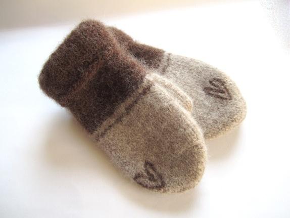 Tovede votter - str. M - Norge - Tykke, gode og varme tovede votter. Ull vier seg ut i bruk. Når du vasker dem former du dem, og om ønskelig strekker litt her og der. De tørkes liggende på et håndkle eller lignende. Størrelse:M Farge:Brun og lysere brun med hjerte. Mål:Bre - Norge