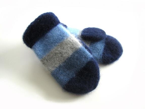 Tovede votter - str. L - Norge - Tykke, gode og varme tovede votter. Ull vier seg ut i bruk. Når du vasker dem former du dem, og om ønskelig strekker litt her og der. De tørkes liggende på et håndkle eller lignende. Størrelse:L Farge:Blå og grå. 3 blånyanser sammen med l - Norge