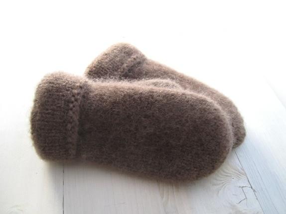 Tovede votter - str. M - Norge - Tykke, gode og varme tovede votter. Ull vier seg ut i bruk. Når du vasker dem former du dem, og om ønskelig strekker litt her og der. De tørkes liggende på et håndkle eller lignende. Størrelse:M Farge:Brun. Mål:Bredde, 10,5 cm.Lengde, 23 cm - Norge