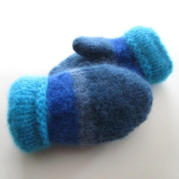 Tovede votter - str. 3-4 år - Norge - Tykke, gode og varme tovede votter. Ull vier seg ut i bruk. Når du vasker dem former du dem, og om ønskelig strekker litt her og der. De tørkes liggende på et håndkle eller lignende. Størrelse:3-4 år Farge:Blå. Mål:Bredde, 8,5 cm.Lengde,  - Norge