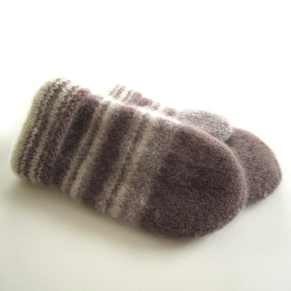 Tovede votter - str. XL - Norge - Tykke, gode og varme tovede votter. Ull vier seg ut i bruk. Når du vasker dem former du dem, og om ønskelig strekker litt her og der. De tørkes liggende på et håndkle eller lignende. Størrelse:XL Farge:Brun. Mål:Bredde, 13 cm.Lengde, 26 cm. - Norge
