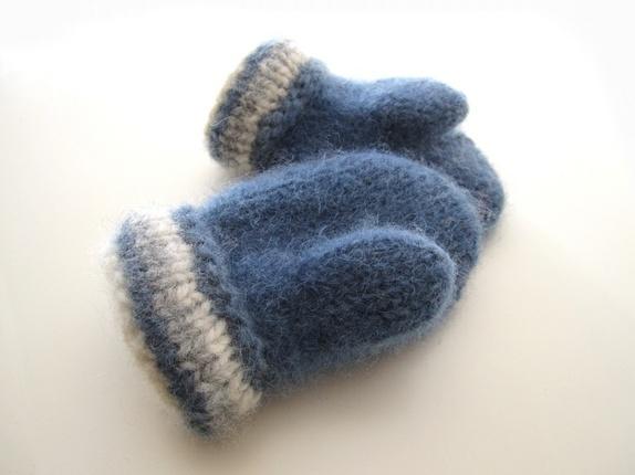 Tovede votter - str. 1-2 år - Norge - Tykke, gode og varme tovede votter. Ull vier seg ut i bruk. Når du vasker dem former du dem, og om ønskelig strekker litt her og der. De tørkes liggende på et håndkle eller lignende. Størrelse:1-2 år Farge:Blå, lys grå og naturhvit. Mål: - Norge