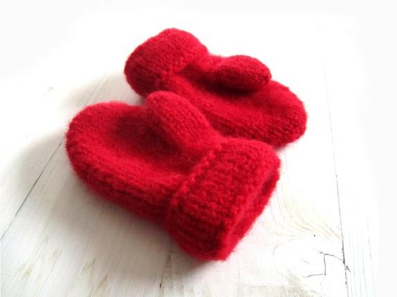 Tovede votter - str. 3-5 år - Norge - Tykke, gode og varme tovede votter. Ull vier seg ut i bruk. Når du vasker dem former du dem, og om ønskelig strekker litt her og der. De tørkes liggende på et håndkle eller lignende. Størrelse:3-5 år Farge:Rød. Mål:Bredde, 9 cm.Lengde, 16 - Norge
