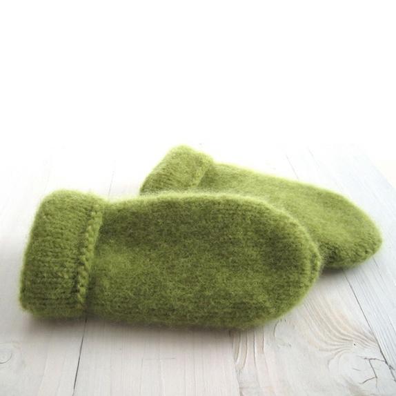 Tovede votter - str. M - Norge - Tykke, gode og varme tovede votter Ull vier seg ut i bruk. Når du vasker dem former du dem, og om ønskelig strekker litt her og der. De tørkes liggende på et håndkle eller lignende. Størrelse: Mpasser ungdom og voksen Farge:Olivengrønn Mål - Norge