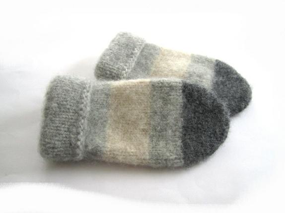 Tovede votter - str. M - Norge - Tykke, gode og varme tovede votter Ull vier seg ut i bruk. Når du vasker dem former du dem, og om ønskelig strekker litt her og der. De tørkes liggende på et håndkle eller lignende. Størrelse: Mpasser ungdom og voksen Farge:Lys grå, naturfa - Norge