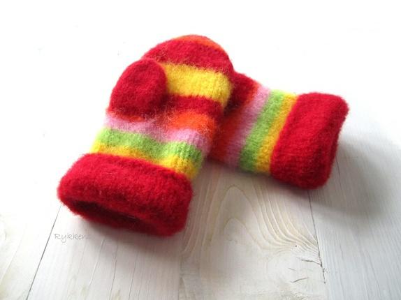 Tovede votter - str. M - Norge - Tykke, gode og varme tovede votter. Ull vier seg ut i bruk. Når du vasker dem former du dem, og om ønskelig strekker litt her og der. De tørkes liggende på et håndkle eller lignende. Størrelse:M Farge:Rød, gul, lime, rosa og orange - en far - Norge