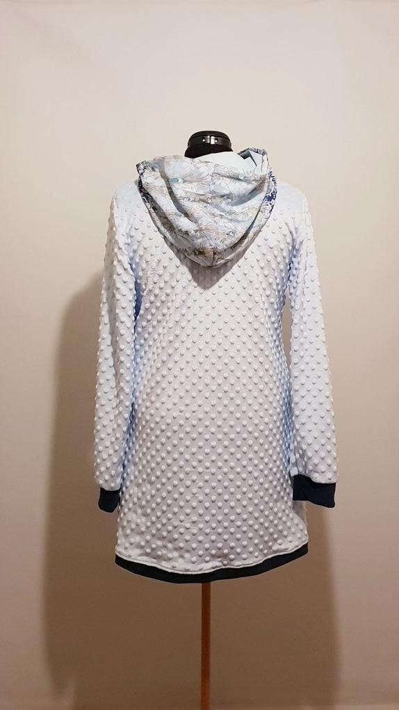 7953db768a91 Tunikaen er sydd i elastisk fleece og har fint blandingsstoff i hette.  Kantet med mørk blå velour nede og i arm.