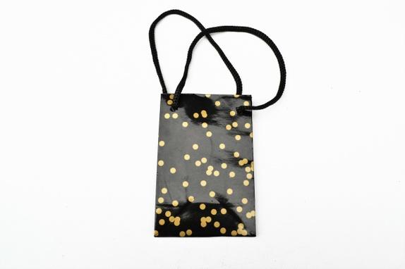 Gavepose Salg - Norge - 1 stk liten sort og gullfarget gavepose med sort snor . Posen er 8 x 5 x 12 cm . Før 12,- Du betaler frakt for kun 1 produkt. Når du handler i butikken min Hobbyglede . Frakten på det tyngste produktet gjelder hele bestillingen. Dette går auto - Norge