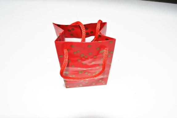 Gavepose Salg - Norge - 1 stk liten rød og gullfarget gavepose med rød snor . Posen er 8 x 5 x 12 cm . Før 12,-Du betaler frakt for kun 1 produkt. Når du handler i butikken min Hobbyglede . Frakten på det tyngste produktet gjelder hele bestillingen. Dette går autom - Norge