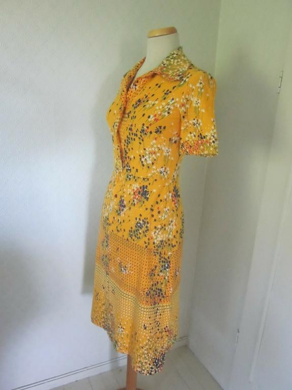 okergul kjole med blomster
