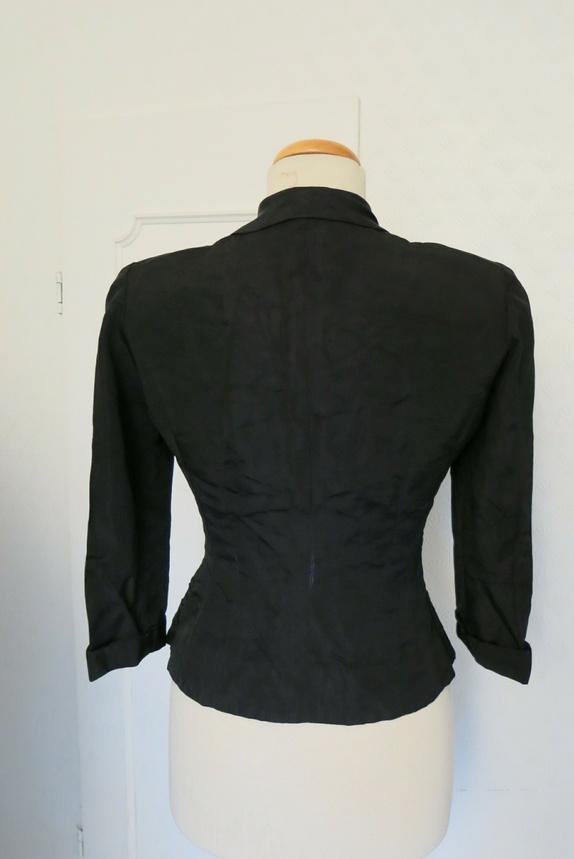 a4818f451ca Str 36/38. Nydelig jakke fra 40-tallet med små  skulderputer,broderi-liknende mønster og pene knapper. Innsvingt i livet.  Litt slitasje på noen av sømmene ...