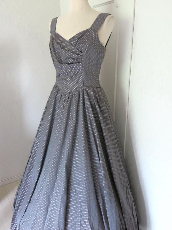 19c4805f Sjelden fest-kjole i en spesiell grå-lilla farge med lyselilla prikker. Det  er uendelig mye stoff i denne kjolen; mange meter i vidden i skjørtet.