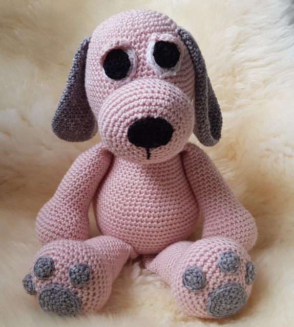 Rosa hund - Norge - Heklet hund i mykt akrylgarn. Lys rosa med grå detaljer. Perfekt gave både til liten og stor. Høyde: ca 27 cm - Norge